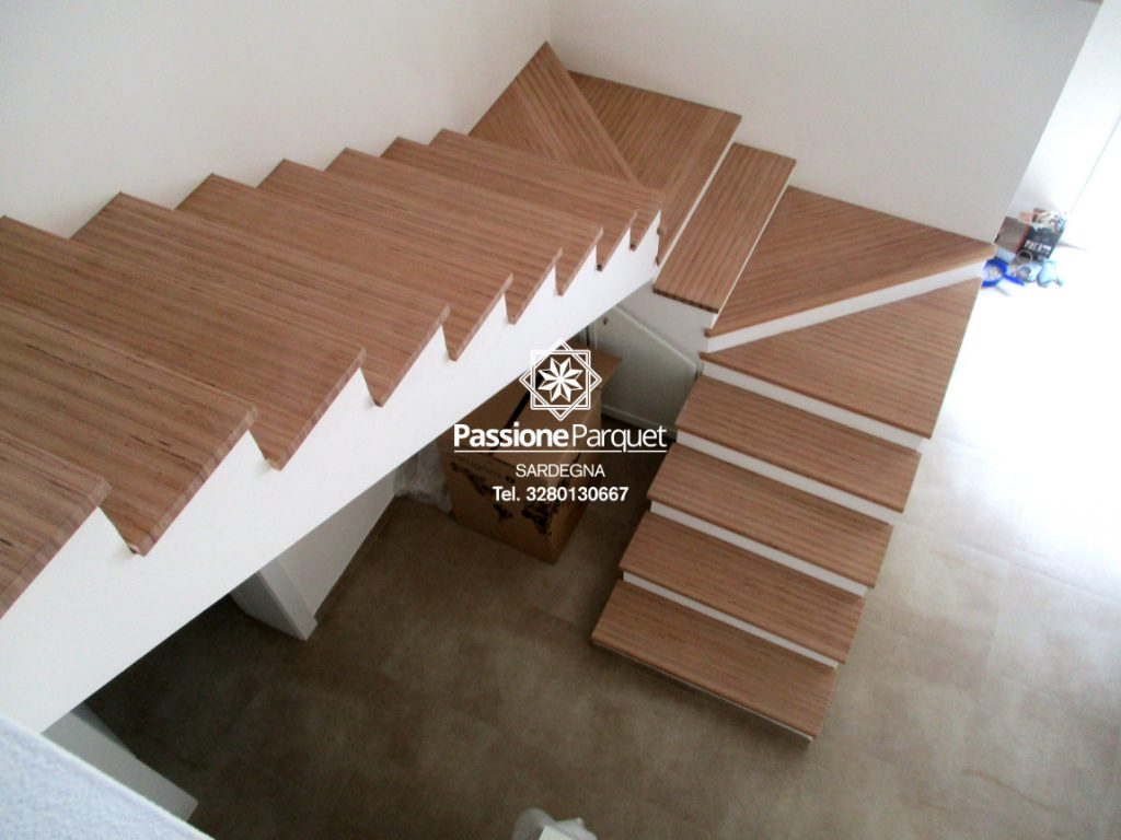 Passione Parquet Montaggio scala in faggio e posa parquet con battiscopa bianco zona Cagliari