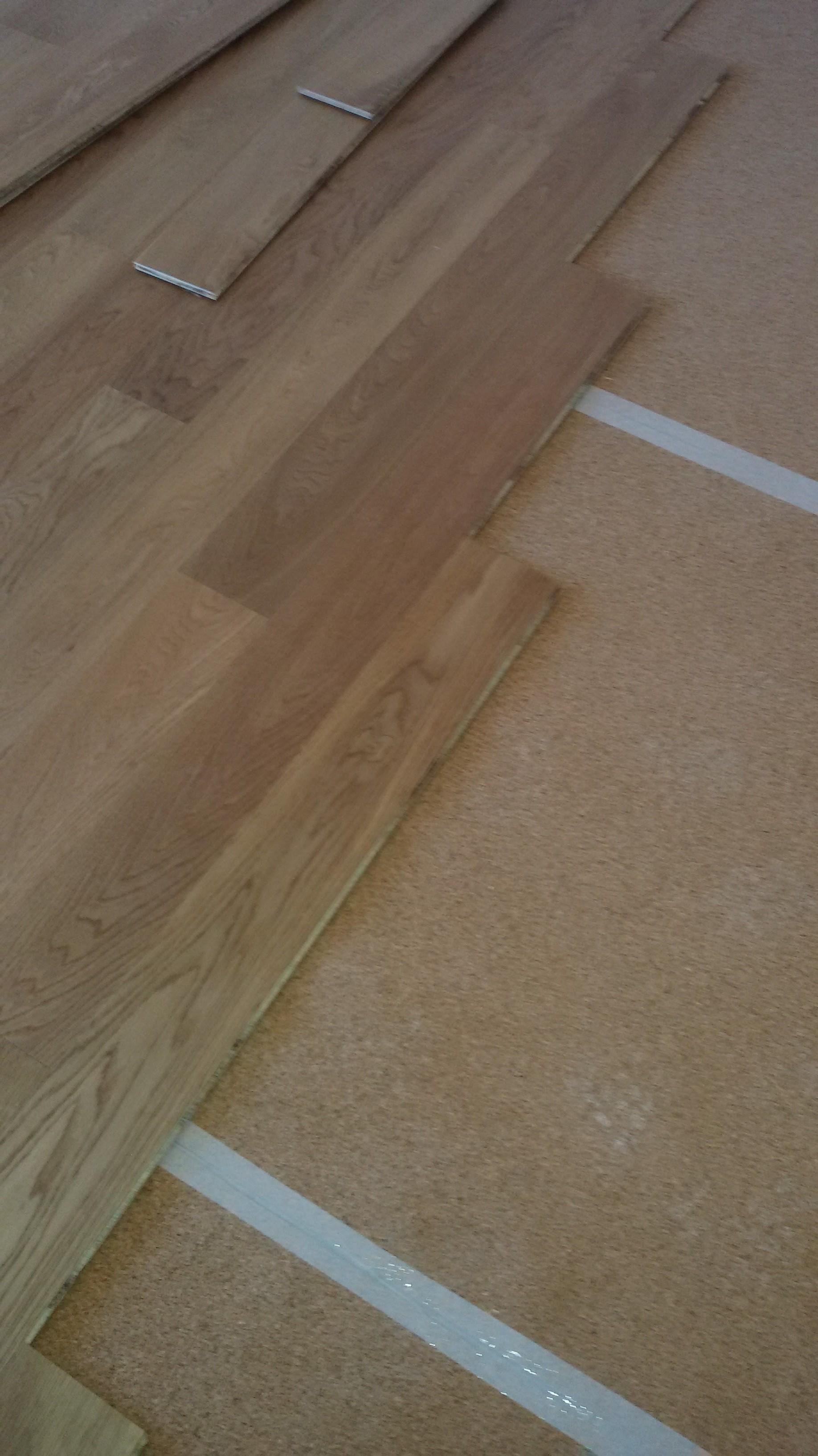 Posa listone in rovere prefinito flottante sul tappetino in sughero
